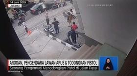 VIDEO: Pengendara Lawan Arus & Todongkan Pistol