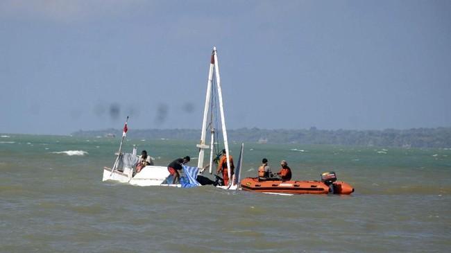 Polisi menyebut perahu nahas itu mengangkut 61 orang saat tenggelam di Pantai di kawasan Sumenep, Madura.(ANTARA FOTO/Saiful Bahri)