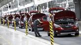 Perdana Menteri Vietnam Nguyen Xuan Phuc berharap kendaraan itu bisa membantu Vietnam membangkitkan industri otomotif lokal, yang mampu bersaing dengan merek mobil Jepang dan Jerman. (REUTERS/Kham)