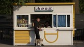 Lapak penjual hotdog di Pyongyang, Korea Utara. Bulan ini pemerintah Kim Jong Un sedang bersiap menanti kedatangan Presiden China Xi Jinping.