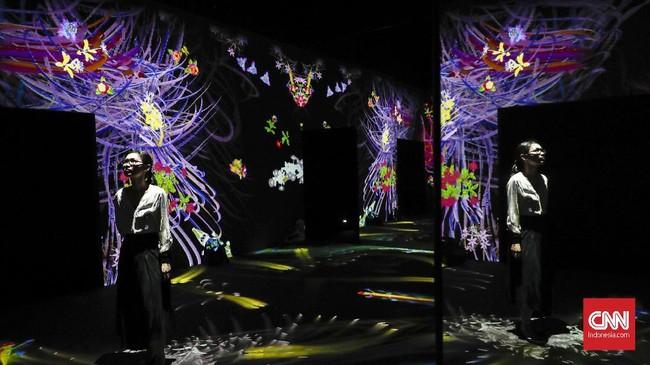 Itu baru satu instalasi seni digital yang dipamerkan. Selain itu masih ada lagi Animals of Flowers, Symbiotic Lives, Graffiti Nature: Lost, Immersed and Reborn, Sliding through the Fruit Field, dan Light Ball Orchestra. (CNNIndonesia/Safir Makki)