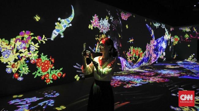 'teamLab Future Park andAnimalsofFlowers, SymbioticLives' merupakan pameran seni interaktif terbesar di Jakarta menggunakan teknologi digital. Pameran itu dibuka Selasa (18/6) dan bisa dikunjungi di Gandaria City mulai 20 Juni hingga 20 Desember 2019. (CNNIndonesia/Safir Makki)