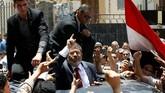 Nama Mursi pun diabadikan dalam sejarah sebagai presiden sipil pertama Mesir yang terpilih secara demokratis dalam pemilihan umum pada Juni 2012 lalu dengan suara 51,7 persen. (Reuters/Ahmed Jadallah)