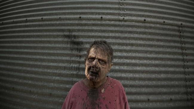 Kisah 'The Walking Dead' bermula dari seorang polisi bernama Rick Grimes yang terbangun dari koma dan mendapati dunianya dipenuhi zombie.