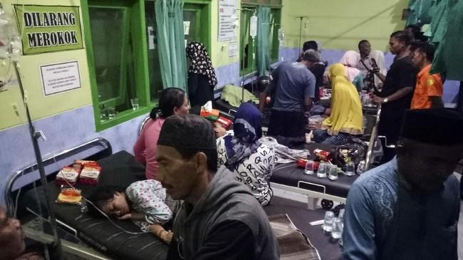 Korban selamat perahu karam mendapat perawatan di Puskesmas Dungkek, Sumenep, Jawa Timur, Senin (15/6/2019). (ANTARA FOTO/Saiful Bahri)