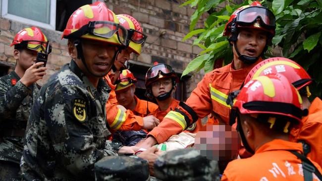 Gempa ini juga meruntuhkan satu hotel, tapi belum ada kepastian apakah ada korban jiwa. Sementara itu, retakan juga terlihat di sejumlah jalan raya. (REUTERS/Stringer)