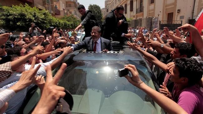 Berbeda dengan pendahulunya yang selalu berlatar belakang militer, Mursi tampil dari kalangan sipil untuk menggantikan Presiden Hosni Mubarak setelah dipaksa mundur melalui pemberontakan rakyat pada Februari 2011.(Reuters/Mohamed Abd El Ghany)