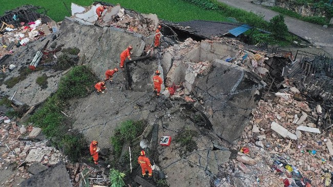 Pada Februari lalu, tiga gempa bumi juga mengguncang wilayah Rongxian dan menewaskan dua orang serta melukai 12 lainnya. Diduga gempa ini terjadi karena teknik fracking dalam penambangan gas di China. (REUTERS/Stringer)