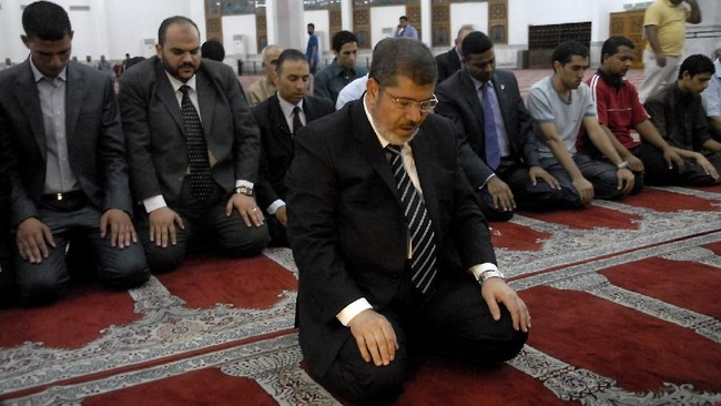 Jejak hidupnya sebenarnya bermula dari sebuah desa di Provinsi Sharqiya. Lahir dari keluarga petani, Mursi sebenarnya tak sengaja terjun ke dunia politik. (AFP Photo/STR)