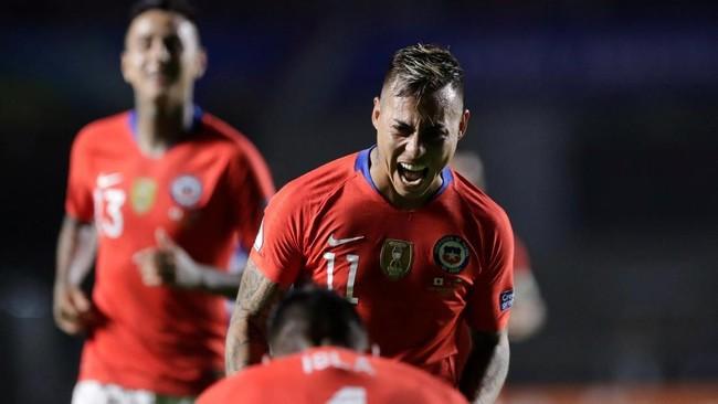 Timnas Chile tampil ofensif pada awal babak kedua dan menghasilkan gol kedua pada menit ke-54 melalui tembakan Eduardo Vargas. (REUTERS/Henry Romero)