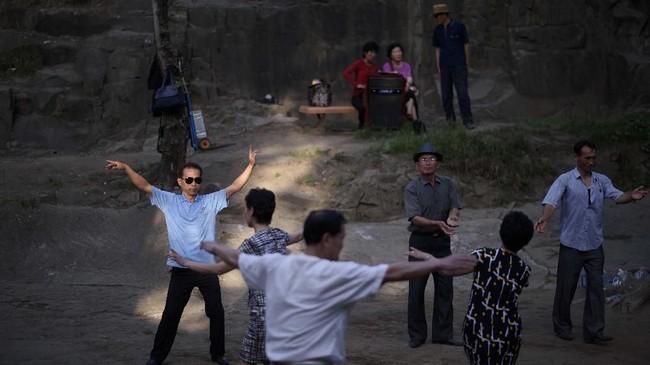 Suasana kegiatan berwisata di taman bukit Moran di Pyongyang, Korea Utara.