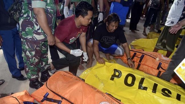 Untuk mengidentifikasi korban tewas, Polda Jawa Timur membangun posko identifikasi. (ANTARA FOTO/Saiful Bahri)