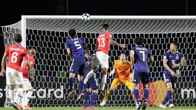 Chile baru bisa mencetak gol pada menit ke-41 melalui sundulan Erick Pulgar memanfaatkan sepak pojok Charles Aranguiz. (REUTERS/Henry Romero)