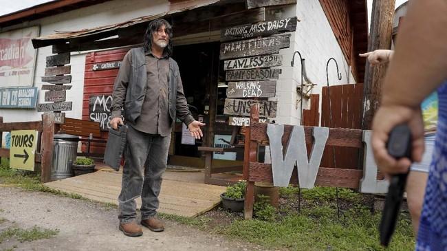 The Walking Dead merupakan serial televisi yang diangkat dari komik karangan Robert Kirkman.