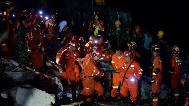 Lebih dari 300 personel pemadam kebakaran pun diturunkan ke tempat kejadian. Sekitar 5.000 tenda dan 10.000 pondok lipat serta beberapa persediaan darurat juga telah dikirimkan oleh tim penyelamat. (Wang Xiao/Chengdu Economic Daily via REUTERS)
