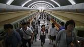 Pengguna kereta bawah tanah di Stasiun Kaeson, Pyongyang, Korea Utara.