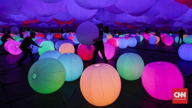 Di sana juga ada instalasi seni digital Light Ball Orchestra di mana pengunjung bisa menggelindingkan bola yang menghampar. Bola-bola itu bisa berubah warna dan menghasilkan suara jika disentuh dan dilempar ke atas. (CNNIndonesia/Safir Makki)