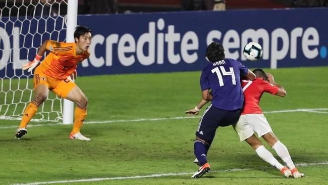 Di saat gencar menekan pertahanan lawan, Jepang justru kebobolan. Alexis Sanchez menyundul umpan Charles Aranguiz dan mengubah skor menjadi 3-0 pada menit ke-82. (REUTERS/Amanda Perobelli)