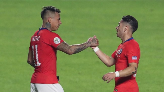 Eduardo Vargas (kiri) mencetak dua gol pada laga melawan Jepang. Gol keduanya dibukukan pada menit ke-83 atau hanya berselang satu menit dari gol Alexis Sanchez. (REUTERS/Amanda Perobelli)