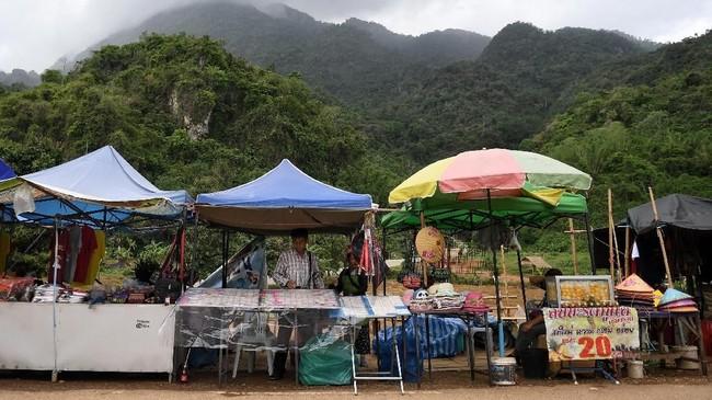 Insiden itu terjadi akibat hujan lebat yang membanjiri gua selama kunjungan mereka pada 23 Juni 2018, rombongan ini hilang dan ditemukan sembilan hari kemudian dalam keadaan selamat.