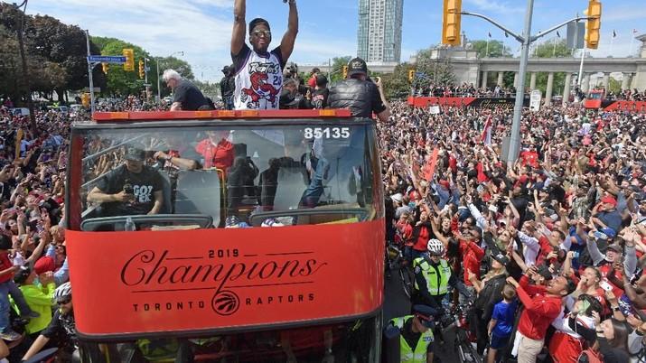 Meriah! Jutaan Orang Menyemut Rayakan Kemenangan Raptors