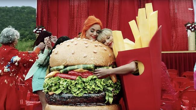 Taylor Swift Peluk Katy Perry di 'You Need To Calm Down'