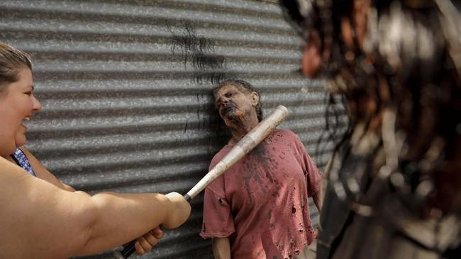 Sejak terbangun ia bertemu banyak orang yang akhirnya bersaing untuk bertahan hidup di dunia zombie.