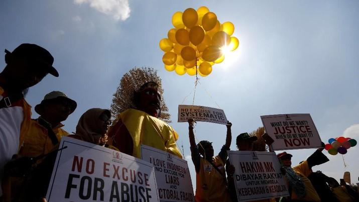 Massa Berpakaian Serba Kuning Lakukan Aksi di Sekitar MK