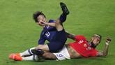 Arturo Vidal berduel melawan Shoya Nakajima. Jepang memberi perlawanan alot ketika berhadapan dengan Chile dalam laga Grup C Copa America 2019. (REUTERS/Amanda Perobelli)