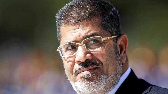 Lulus sebagai insinyur dari University of Southern California, Mursi terpilih sebagai presiden setelah pengusaha bernama Khairat al-Shater, didiskualifikasi sebagai kandidat presiden. (Reuters/Ueslei Marcelino)