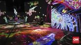 Di seni instalasi cahaya Animals of Flowers, Symbiotic Lives misalnya, ada beragam tumbuhan dan tubuh hewan yang menari-nari di tembok dan lantai. Pengunjung seakan bisa menari bersama mereka. (CNNIndonesia/Safir Makki)