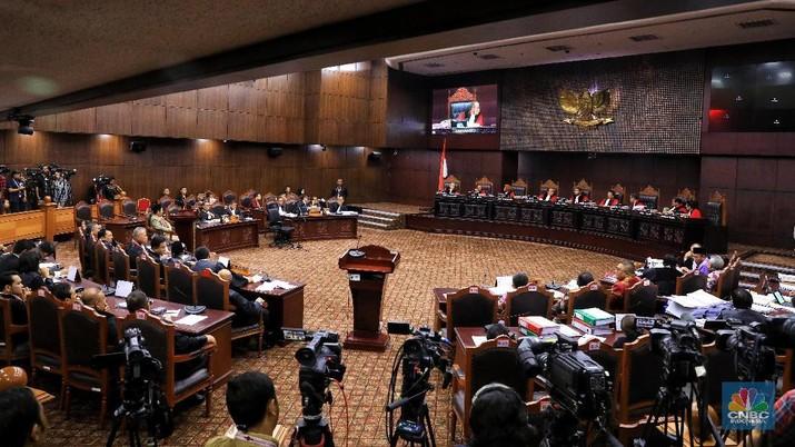 Sidang ketiga sengketa pilpres 2019 di gedung Mahkamah Konstitusi (MK), Jakarta, Rabu (19/6/2019), sempat memanas pada sesi selepas rehat siang.
