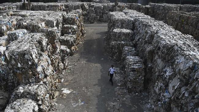 Berdasarkan data Lembaga Kajian Ekologi dan Konservasi Lahan Basah Ecoton, masuknya sampah dengan merk dan lokasi jual di luar Indonesia, diduga akibat kebijakan China menghentikan impor sampah plastik dari sejumlah negara di Uni Eropa dan Amerika. (ANTARA FOTO/Zabur Karuru)