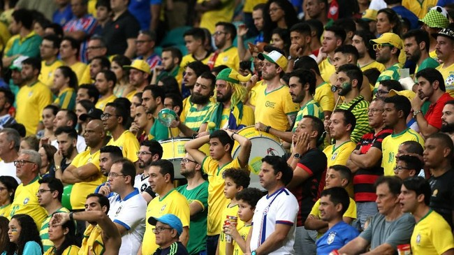 Suporter Brasil yang menempati tribune Stadion Arena Fonte Nova menanti gol dari skuat Canarinho. (REUTERS/Rodolfo Buhrer)
