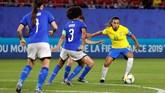 Marta yang merupakan pemain senior coba memimpin Brasil untuk bangkit di babak kedua. (REUTERS/Phil Noble)