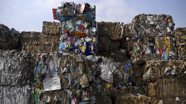 Tumpukan sampah kertas yang diimpor sebuah perusahaan pabrik kertas sebagai bahan baku kertas di Mojokerto, Jawa Timur, Rabu (19/6). Indonesia diperkirakan menerima sedikitnya 300 kontainer yang sebagian besar menuju ke Jawa Timur setiap harinya. (ANTARA FOTO/Zabur Karuru)