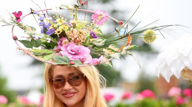 Di Royal Ascot 2019, topi dengan sentuhan floral lengkap dengan bunga aneka warna juga mewarnai pertandingan berkuda ini. (REUTERS/Toby Melville)