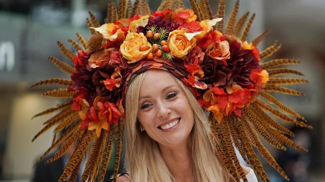 Topi dengan nuansa floral yang ceria menjadi salah satu yang paling banyak muncul di tahun ini (REUTERS/Henry Nicholls)