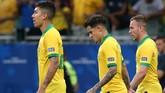 Philippe Coutinho (tengah) menampilkan ekspresi tidak puas setelah wasit menganulir gol yang ia cetak pada menit akhir waktu normal. (REUTERS/Edgard Garrido)