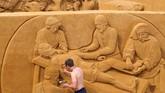 Para seniman mewujudkan fantasi dan mimpi menjadi seni yang rapuh, namun indah. (REUTERS/Yves Herman)