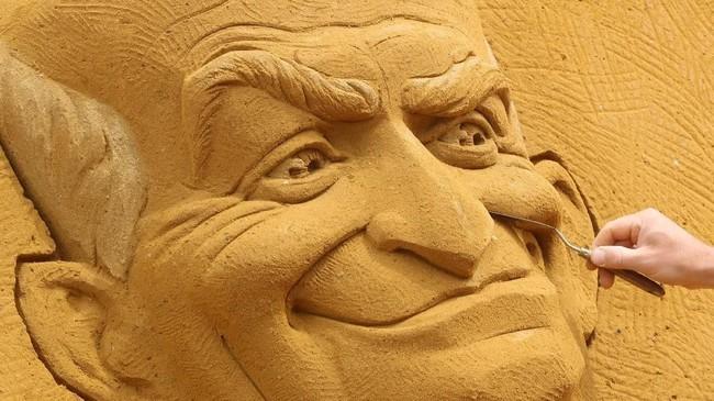 Sebanyak 240 truk membawa materi pasir khusus untuk acara ini, yang kemudian dipahat oleh para seniman selama satu bulan. (REUTERS/Yves Herman)