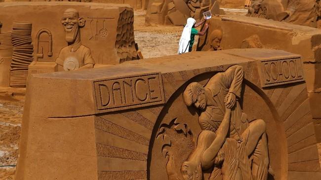 Pengunjung akan membutuhkan waktu selama satu jam untuk mengelilingi sirkuit pasir ini. (REUTERS/Yves Herman)