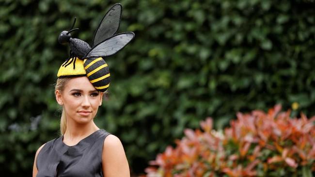 Salah satu topi paling unik adalah topi dengan bentuk lebah besar (Reuters/John Sibley)