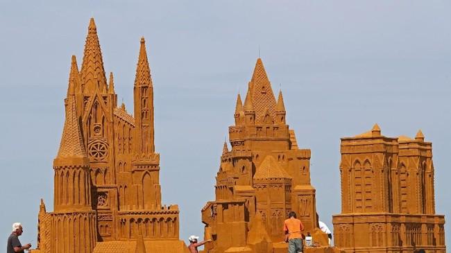 Hanya dengan pasir dan air, sejumlah seniman berkumpul untuk Festival Patung Pasir di Ostend, Belgia. (REUTERS/Yves Herman)