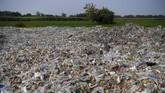 Tumpukan sampah plastik impor berada di sekitar pemukiman warga di Desa Bangun di Mojokerto, Jawa Timur, Rabu (19/6). (ANTARA FOTO/Zabur Karuru)