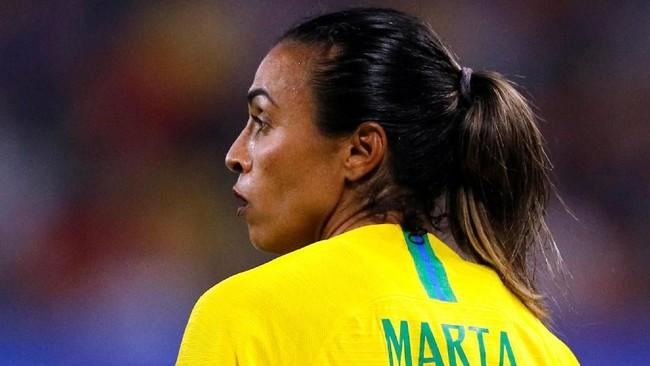 Brasil tampil lebih bagus di babak kedua dan akhirnya mendapatkan penalti di menit ke-72. Marta maju sebagai eksekutor. (REUTERS/Phil Noble)