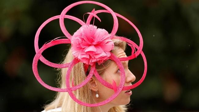 Topi memang menjadi salah satu aksesori ikonik warga Inggris. Tak heran mereka memiliki berbagai bentuk topi unik. (Reuters/John Sibley)