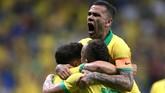 Dani Alves merayakan gol Philippe Coutinho pada menit akhir waktu normal sebelum wasit membatalkannya. (REUTERS/Rodolfo Buhrer)