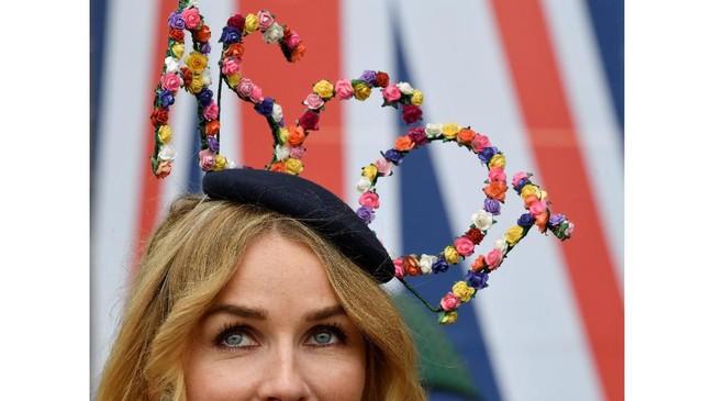 Topi bertuliskan Ascot juga mewarnai Royal Ascot tahun ini. (REUTERS/Toby Melville)