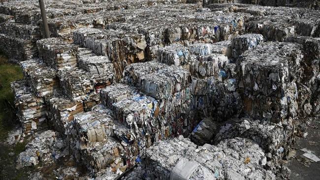 Menyikapi sampah impor untuk bahan baku industri tersebut, saat berkunjungke Mojokerto pada Rabu (19/6), Gubernur Jatim Khofifah INdar Parawansa meminta material sampah yang digunakan harus bebasplastik dan B3. (ANTARA FOTO/Zabur Karuru)
